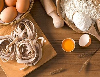 Nids de pâtes fraîches avec farine et œuf
